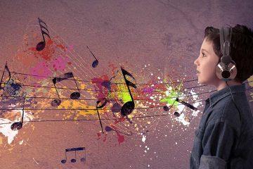 Niño escuchando música en auriculares para ilustrar los beneficios de la música