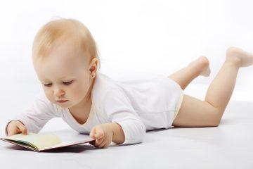 Nadó mirant un llibre per il·lustrar l'estimulació visual