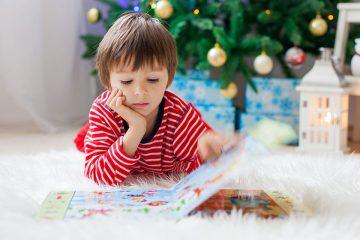 Niño leyendo en libros originales para no fallar esta navidad