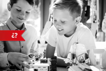 Dos niños montando un robot para Robótica educativa en el aula