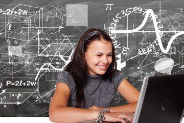 Niña aprendiendo matemáticas con un portátil para ilustrar aprender matemáticas con YouTube