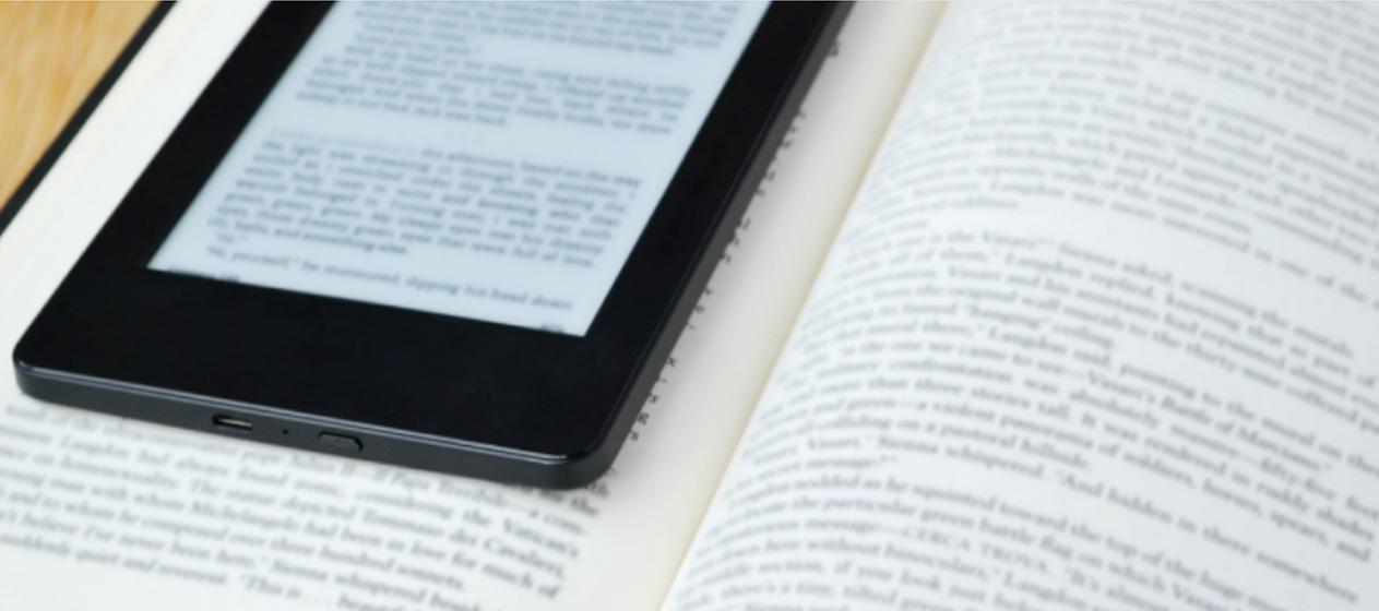 ebook encima de libro en papel
