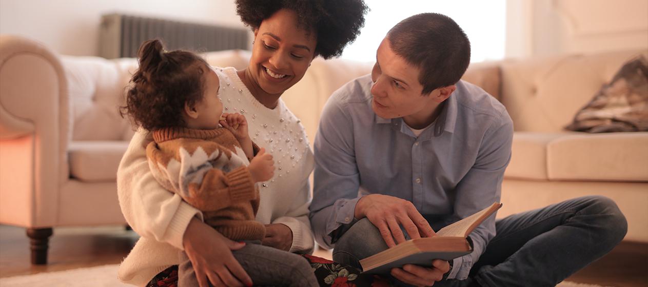 Familia leyendo para ilustrar bookstagrammers