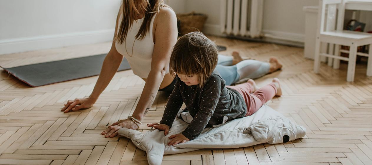 madre e hija haciendo yoga en casa