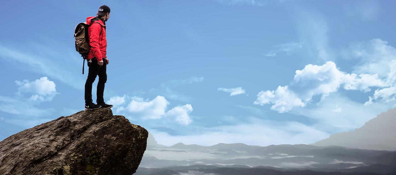 chico en la cima de una montaña para documentales gratuitos