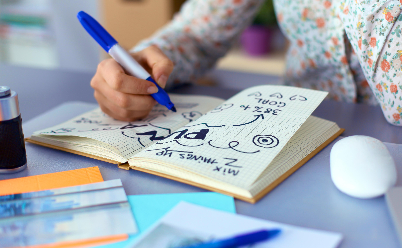 Niño escribiendo en un cuaderno blogs de literatura infantil