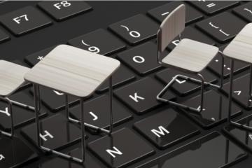 sillas encima de un teclado de ordenador para escuela virtual