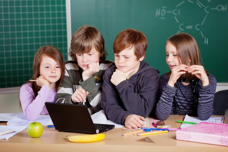 Alumnes treballant amb la metodologia 'Flipped'