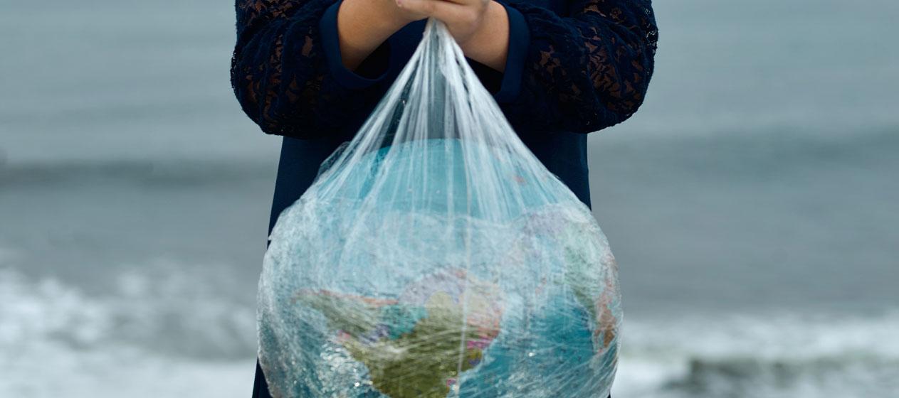 Planeta en una bolsa para ilustrar la necesidad de que salvemos el planeta