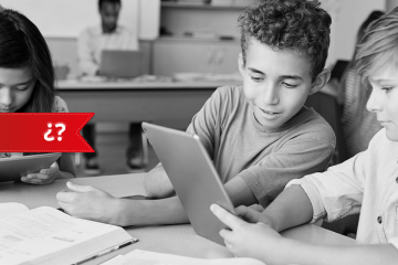 niños en clase mirando una tablet para TIC en el aula