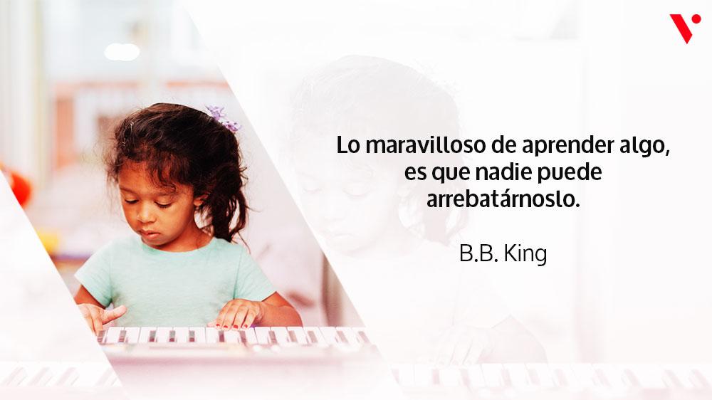niña tocando un teclado