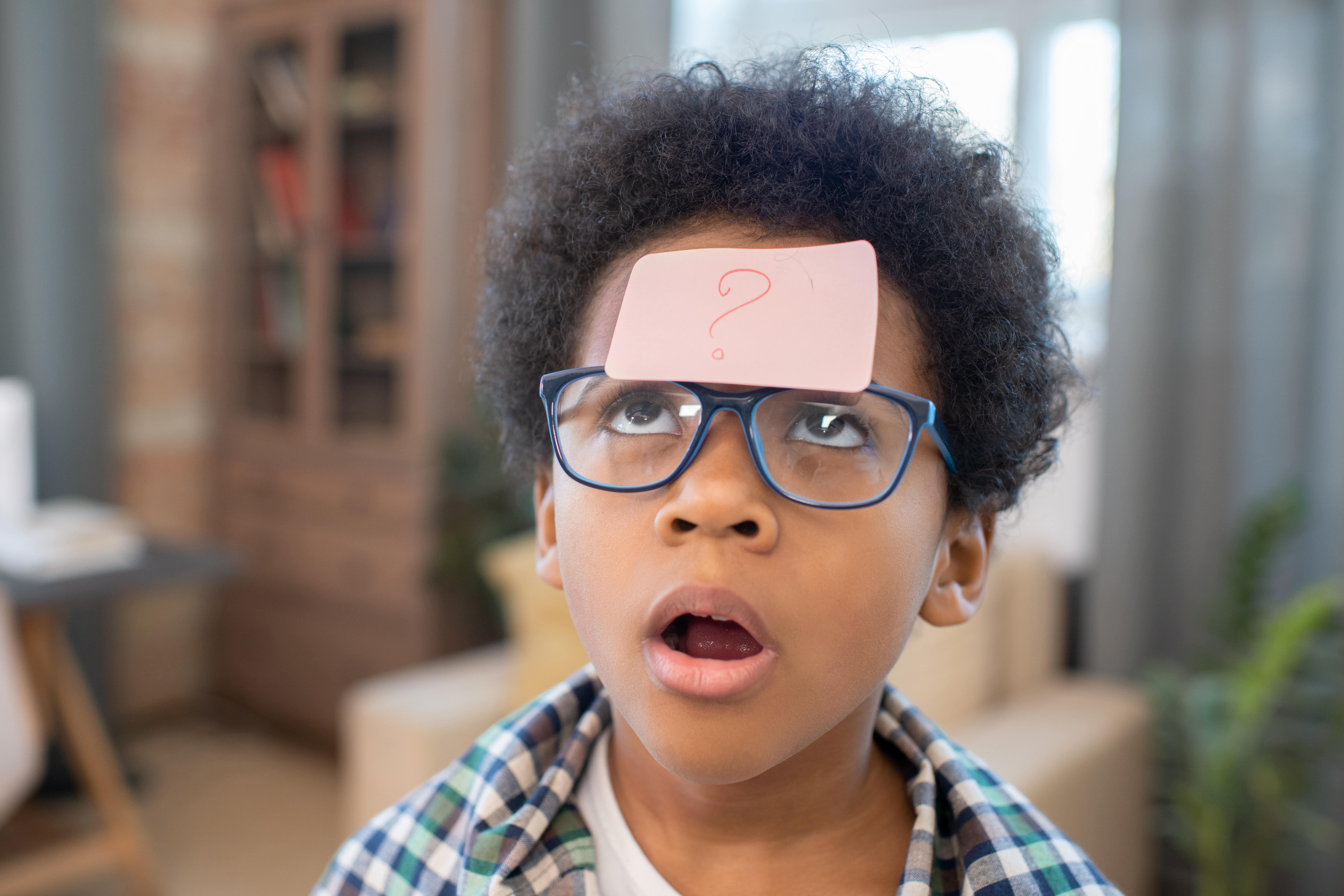 Niño con interrogante en la frente en la etapa de las preguntas