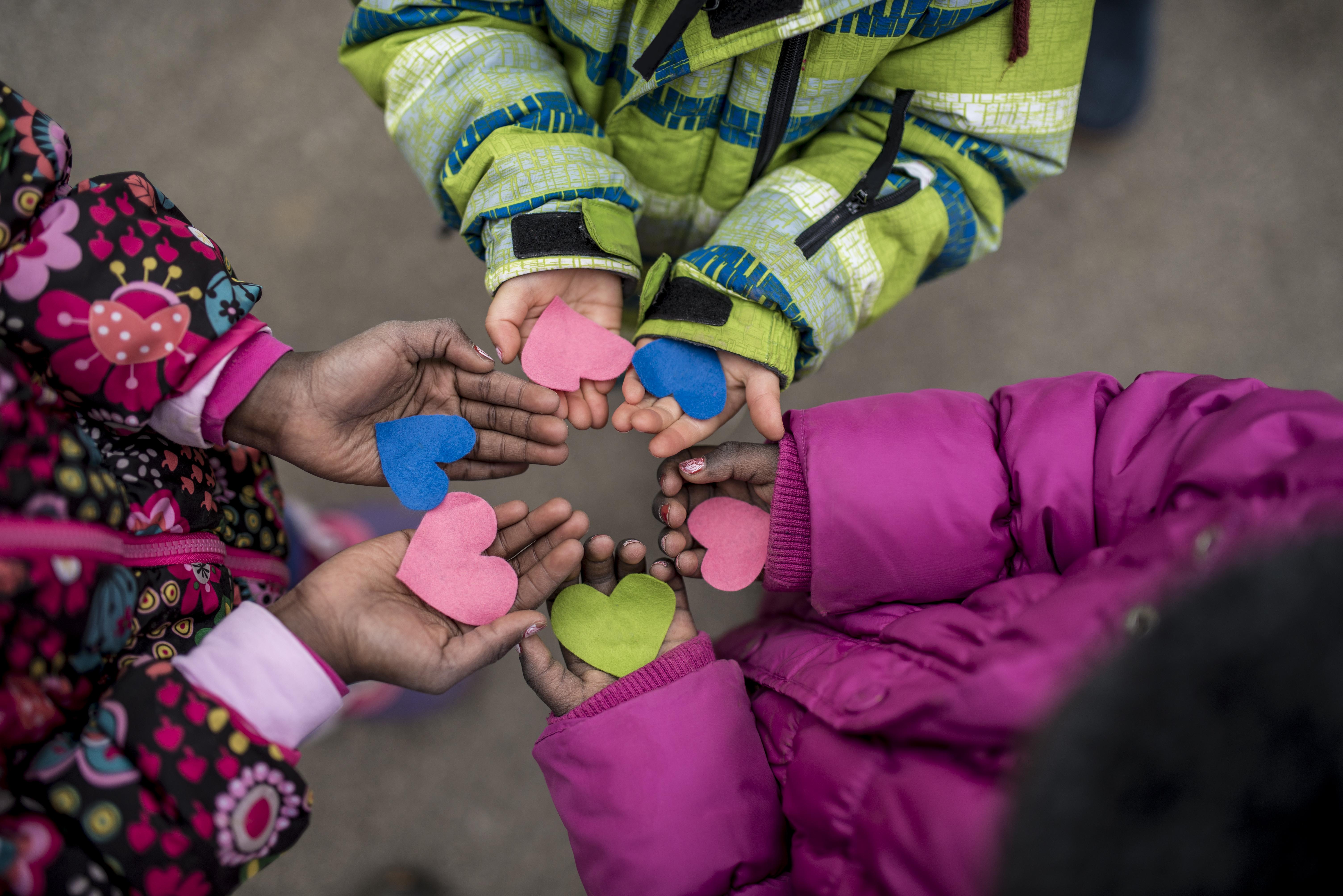 Niños con corazones de papel en las manos