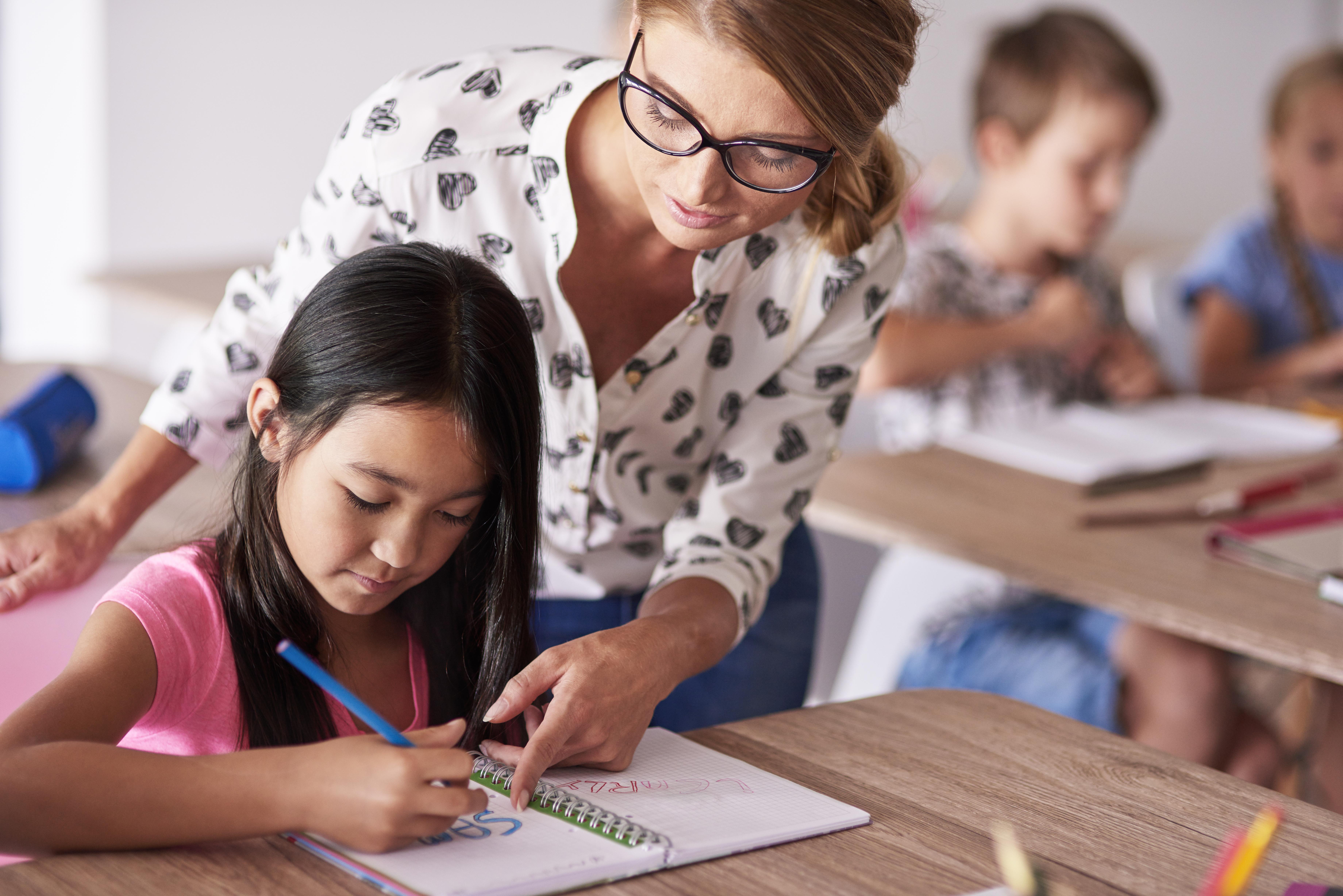Profesora ayudando a su alumna