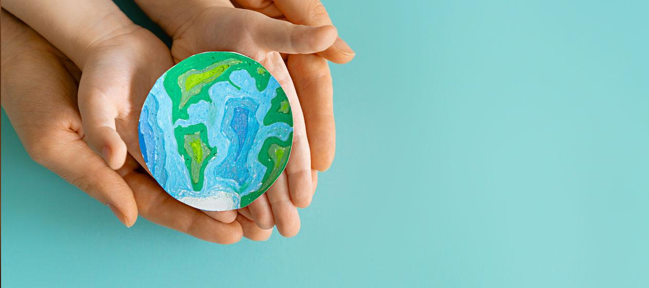 Dos manos sosteniendo un planeta tierra para la Restauración de Ecosistemas