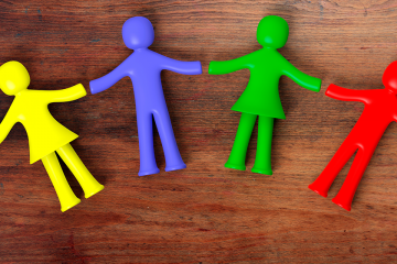 Figuras de distintos colores para ilustrar la importancia de la educación inclusiva