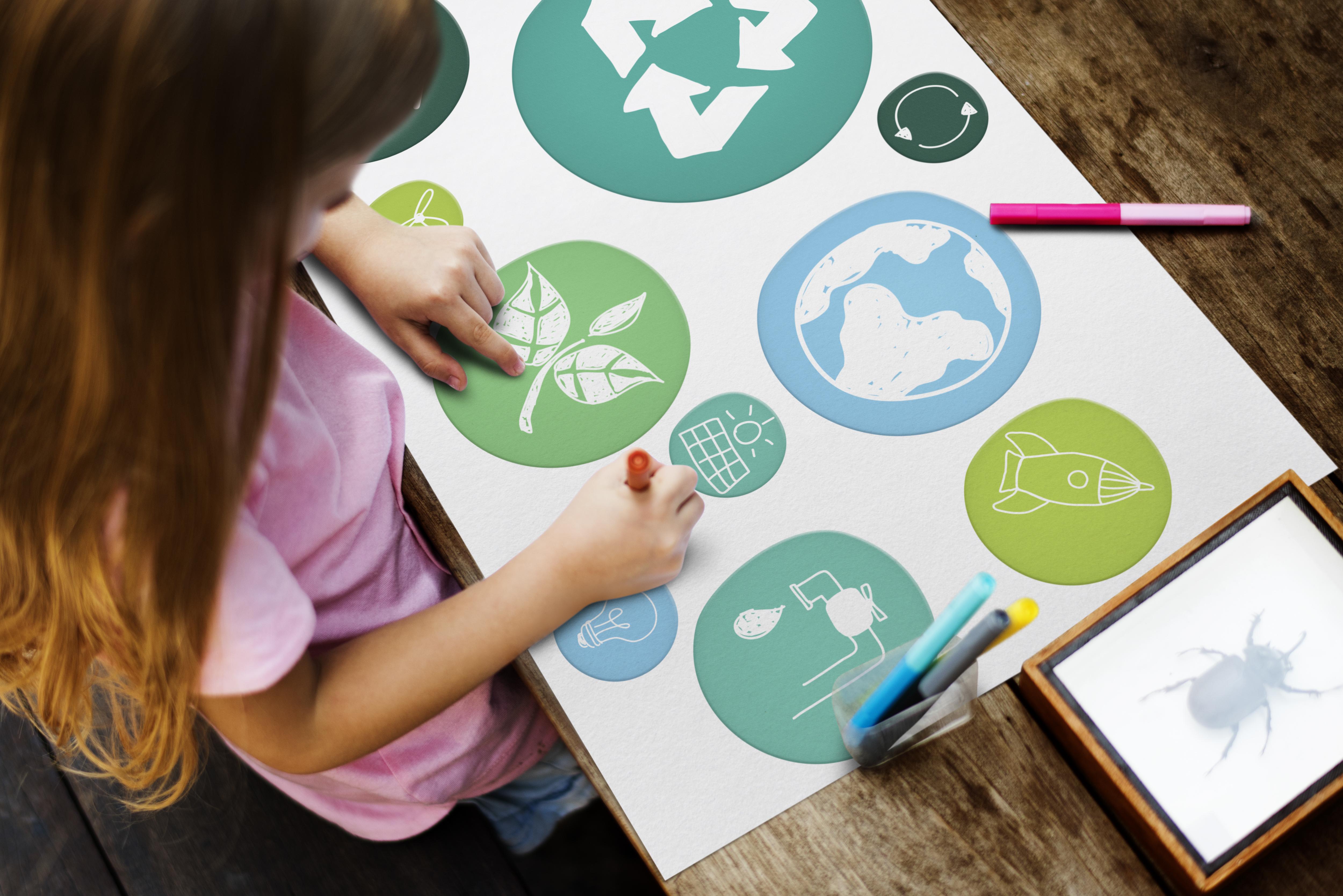 Educación ambiental de niña, dibujando conceptos de sostenibilidad