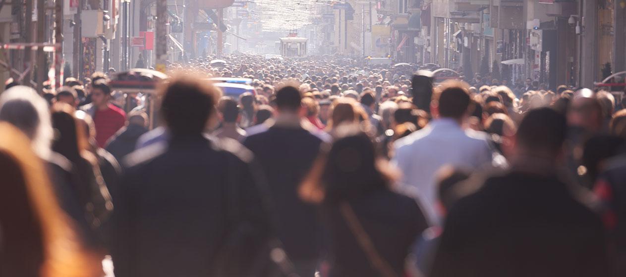 Población caminando en una ciudad para ilustrar el Día Mundial de la población