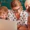niños con portátil de profesora para cómo estructurar un abp