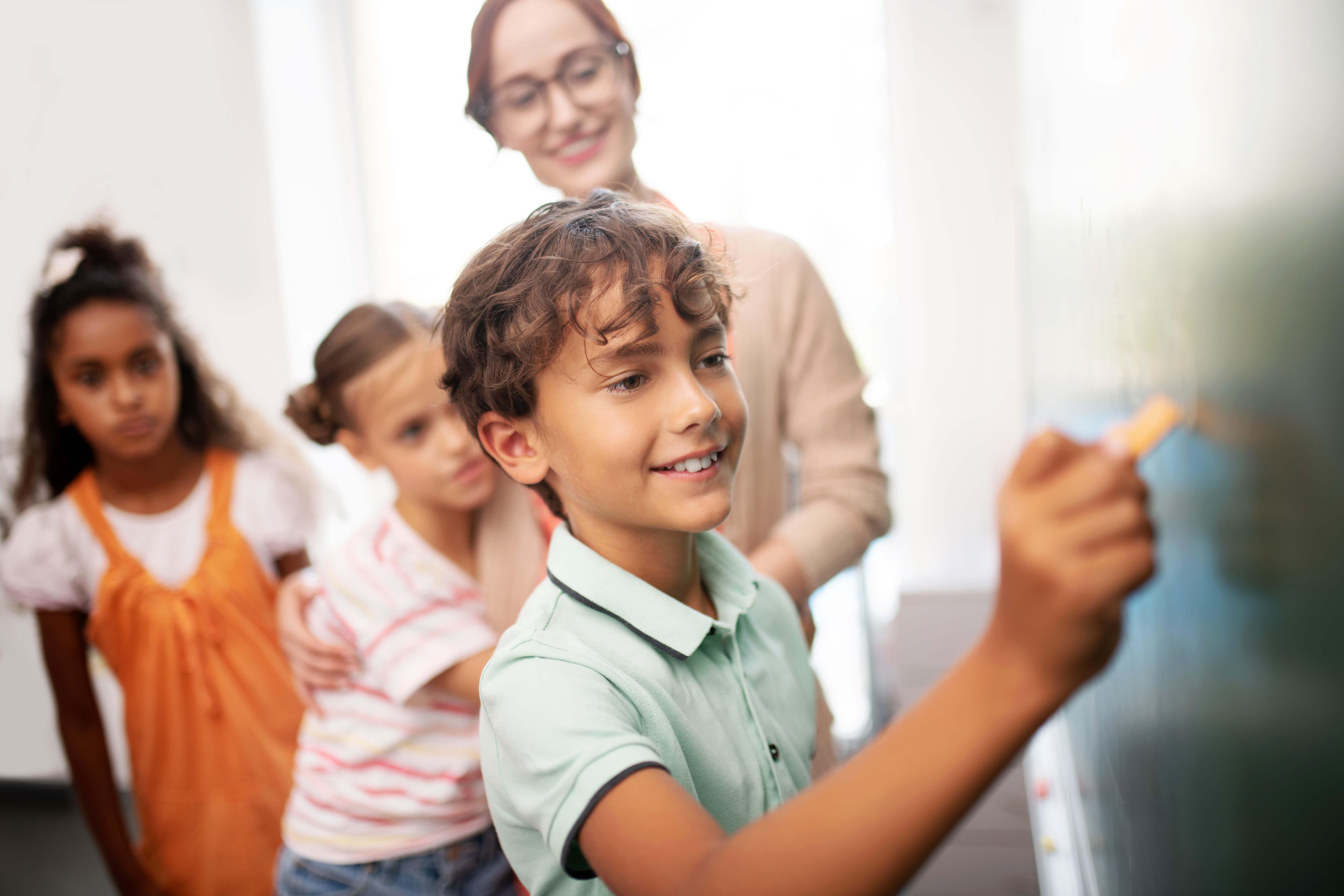 Imagen de chico en la pizarra en el primer día de clase