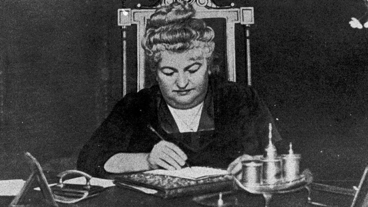 Emilia Pardo Bazán escribiendo