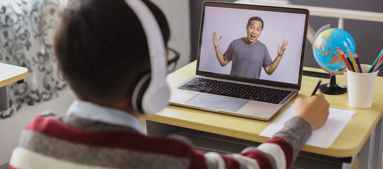 Niño estudiando con un ordenador para ilustrar la importancia de curar contenidos